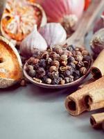 grains de poivre sur une cuillère photo