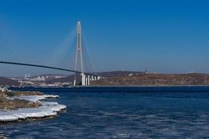 Pont de Zolotoy avec ciel bleu nuageux à Vladivostok, Russie photo
