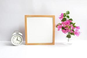 cadre vierge sur fond blanc décoré de fleurs