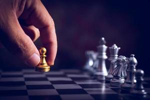 jeu d'échecs avec pièces d'or et d'argent photo