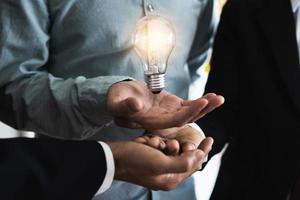 concept de travail d & # 39; équipe avec ampoule photo