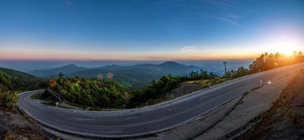 Panorama du parc national de doi inthanon au lever du soleil photo