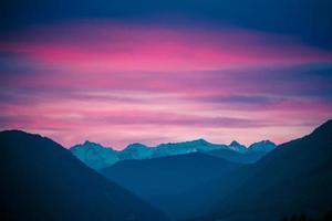 paysage de montagne avec coucher de soleil rose coloré photo
