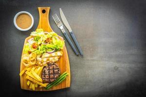 steak de boeuf grillé avec sauce frites et légumes frais