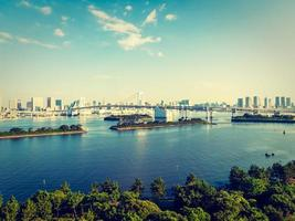 Beau paysage urbain avec pont arc-en-ciel dans la ville de tokyo, japon photo