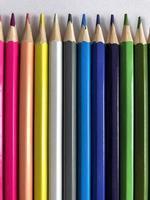 crayons de couleur dans une rangée