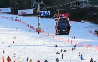Téléski tram au-dessus des gens sur la neige à Vivaldi Park Ski World en Corée photo