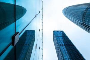 Les immeubles de bureaux modernes de l'extérieur de la vue à la recherche de gratte-ciel avec ton bleu ciel blanc, Shenzhen, Chine photo