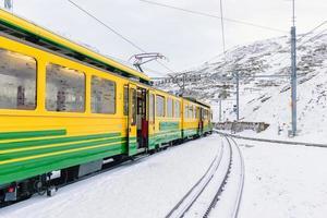 Voitures de train sur le chemin de fer de la Jungfrau contre les montagnes enneigées en Suisse