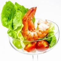 crevettes fraîches cuites à la vapeur avec légumes photo