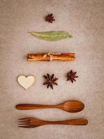 épices et ustensiles en bois