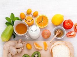 petit déjeuner avec fruits frais photo