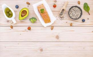 vue de dessus du saumon et des ingrédients frais photo
