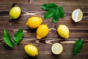 citrons et feuilles vertes photo