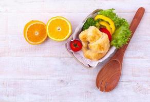 salade et croissant photo