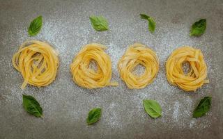 pâtes fraîches sur fond gris photo