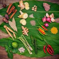 ingrédients thaïlandais sur feuilles vertes photo