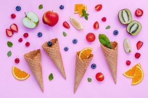 fruits colorés et cornets de crème glacée