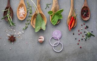 ingrédients frais sur des cuillères en bois photo