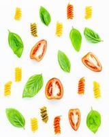 pâtes, tomates et feuilles de basilic photo