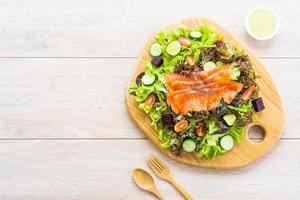 saumon fumé cru avec salade de légumes verts frais photo