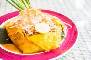 Pad thaï nouilles sur une assiette