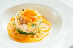 Salade de saumon fumé sur plaque blanche photo