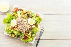 thon et œufs avec salade fraîche photo