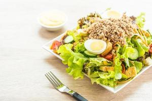 thon et œufs avec salade fraîche
