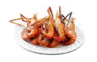Crevettes grillées sur plaque blanche isolé sur fond blanc
