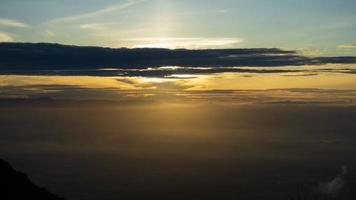 Vue aérienne du lever du soleil nuageux coloré surplombant la vallée