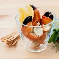 Pattes de crabe cuites à la vapeur dans un bol en verre photo