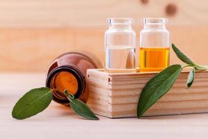 huile essentielle de sauge sur bois