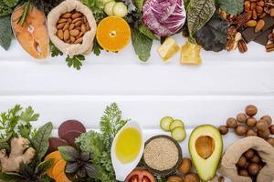 ingrédients frais sur bois blanc photo