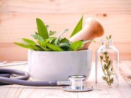 soins de santé alternatifs avec des herbes fraîches photo