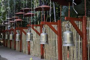 pendu de nombreuses cloches dans un temple public thaïlandais