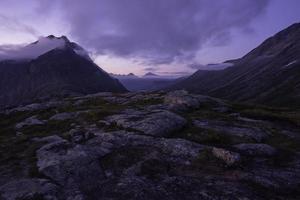 montagne sous un ciel gris photo