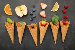 fruits avec cornets gaufrés