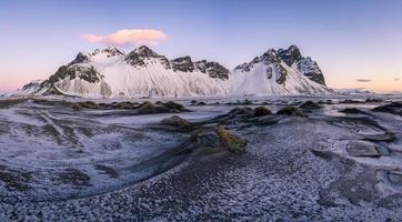 Montagne couverte de neige pendant la journée en Islande