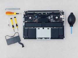 vue de dessus de réparation d'ordinateur portable photo