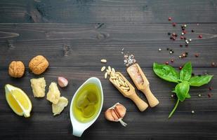 Ingrédients de pesto frais sur fond de bois foncé