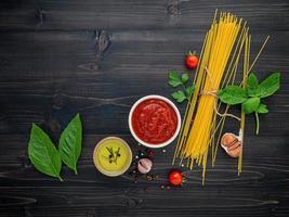 Ingrédients spaghetti sur fond de bois foncé