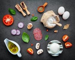vue de dessus des ingrédients frais pour la pizza photo