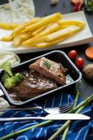 steak grillé et brocoli dans une poêle avec frites photo
