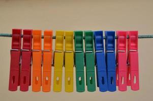 pinces à linge de couleur arc-en-ciel sur une ligne