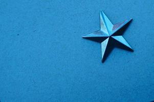 une étoile bleue sur fond bleu