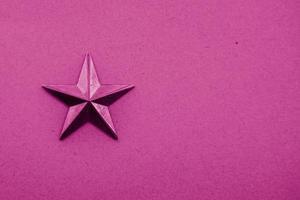 une étoile rose sur fond rose