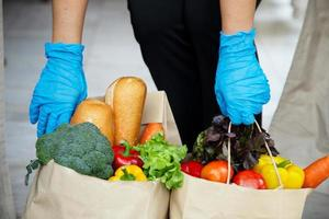 fournisseurs de services alimentaires. rester à la maison réduire la propagation du virus covid-19
