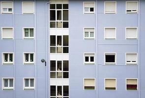 Fenêtres sur la façade bleue de l'immeuble dans la ville de Bilbao, Espagne photo