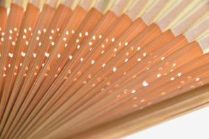 Une image en gros plan d'un ventilateur pliant japonais